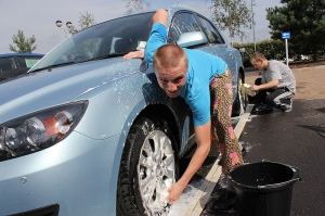 College students are paying their way through school by working at a student-owned car wash.