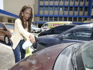 Nichola Orr demonstrates her product. (Photo: The Gleaner)
